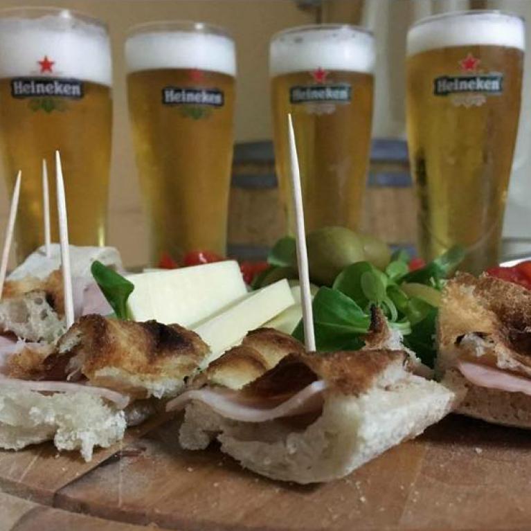 Birre con tranci di panino con prosciutto cotto