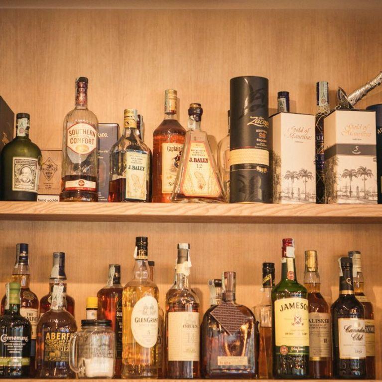 Vista liquori vari su scaffale